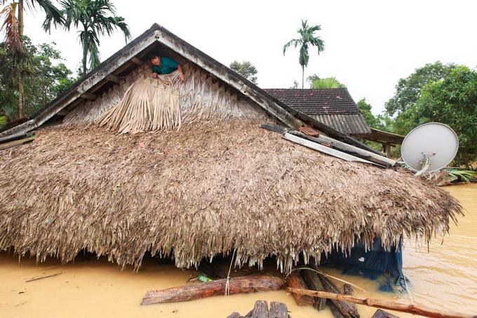 Nước lũ chạm mái nhà, dân Hà Tĩnh đói rét 3