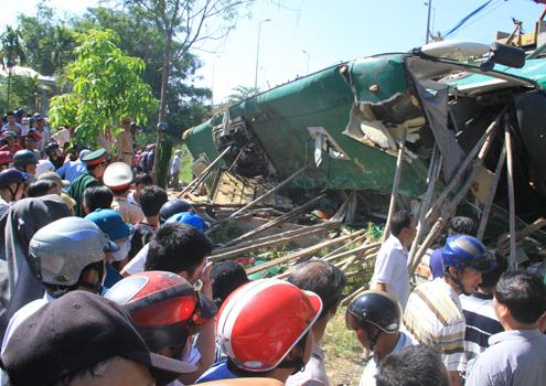 Giành giật sự sống cho các nạn nhân xe khách bị lật úp 1