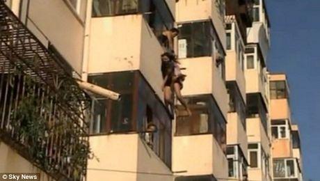 Nghẹt thở chứng kiến cảnh giải cứu cô gái đòi nhảy lầu tự tử 3