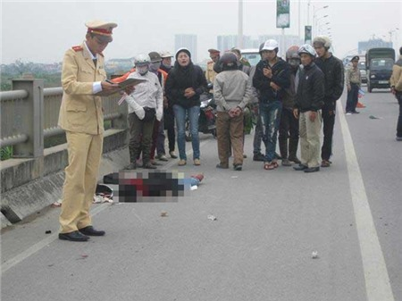 Vừa đi vừa nghe điện thoại, cô gái tử nạn trên cầu Vĩnh Tuy 2