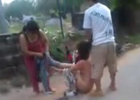 Một cô gái bị lột hết quần áo, quay clip giữa đường 2