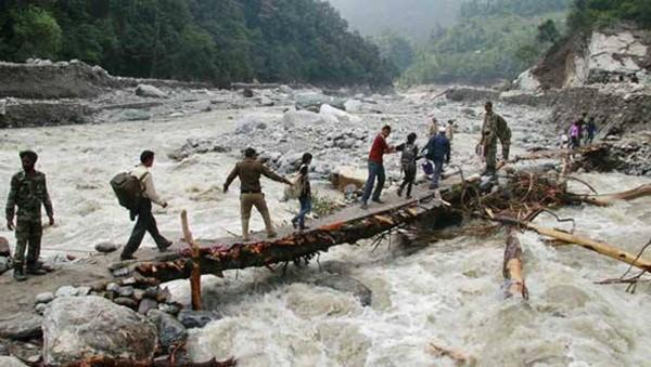 Thi thể nạn nhân chất chồng vì mưa lũ Ấn Độ 9