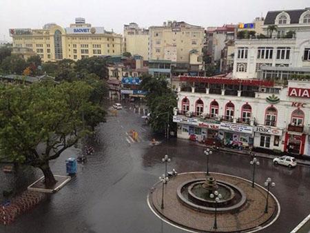 Phố cổ Hà Nội 'thành sông' sau mưa lớn 3