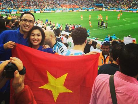 Tăng Thanh Hà bị 'ném đá' vì cầm ngược cờ Tổ quốc 1