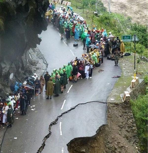 Thi thể nạn nhân chất chồng vì mưa lũ Ấn Độ 4