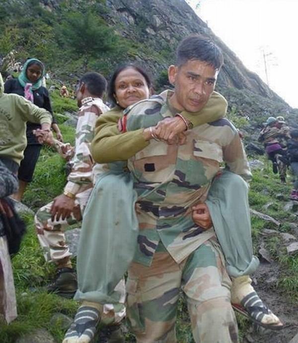 Thi thể nạn nhân chất chồng vì mưa lũ Ấn Độ 7