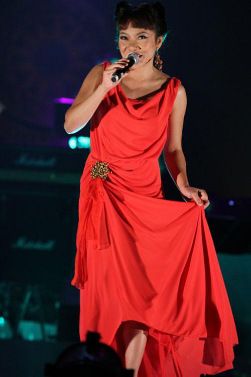 Diva Việt quyến rũ khi diện váy gam đỏ 15