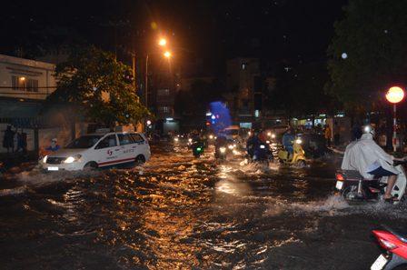 TPHCM bị ngập khủng khiếp sau trận mưa và triều cường 2
