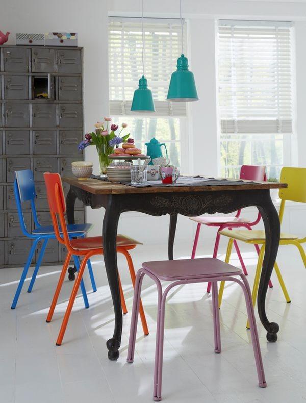 Nhà nổi bật nhờ những chiếc ghế màu sắc... cọc cạch 2