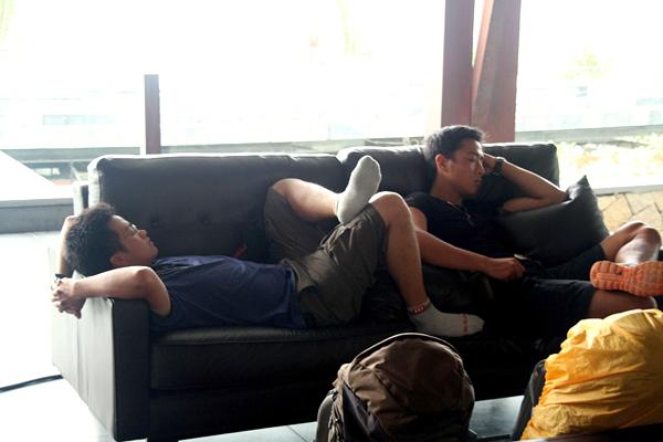 Bạn gái dễ thương ôm Tiến Đạt ngủ ngon lành trên ghế 6