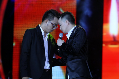 Cao Thái Sơn khiến khán giả 'nổi da gà' khi chụm đầu ôm eo 'bạn trai' trên sân khấu 6