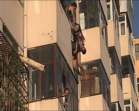 Nghẹt thở chứng kiến cảnh giải cứu cô gái đòi nhảy lầu tự tử 1