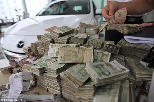 Mua ô tô 600 triệu trả bằng 10 thùng carton… tiền lẻ 3