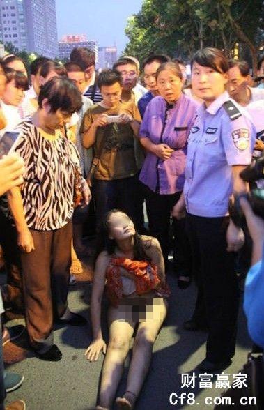 Cô gái khỏa thân ngồi giữa đường cãi nhau với CSGT 3