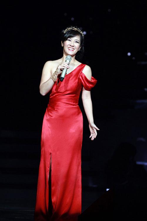 Diva Việt quyến rũ khi diện váy gam đỏ 6