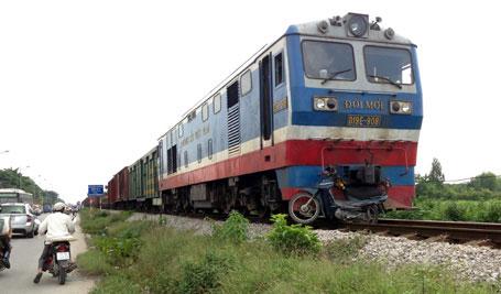 Hà Nội: Băng qua đường sắt, 2 người bị tàu tông nguy kịch 1