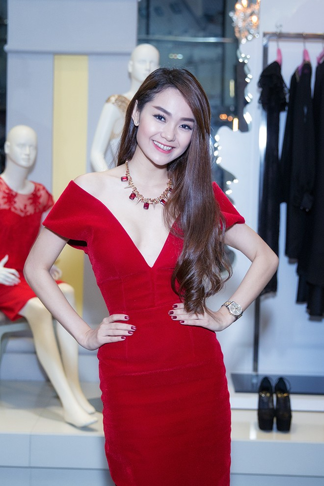 Minh Hằng váy hở táo bạo đi dự tiệc cuối năm của Lý Nhã Kỳ 1