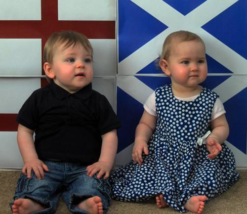 Cặp song sinh chào đời ở hai quốc gia 1