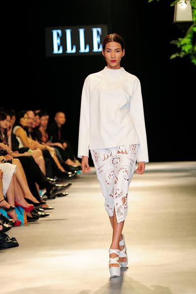Người mẫu Minh Tú diện váy cưới lộ phần nhạy cảm 6