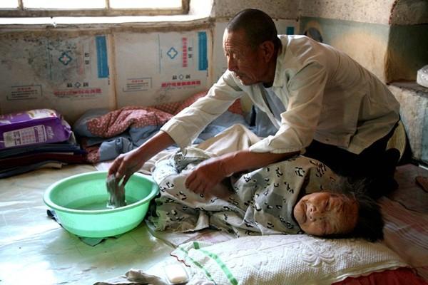Tình yêu của người con trai 70 tuổi dành cho mẹ bại liệt 2