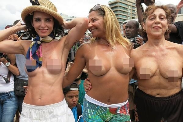 """Biểu tình """"thả rông"""" vòng 1 phản đối luật cấm ngực trần 3"""