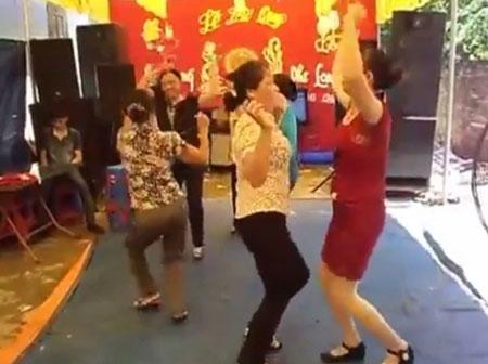 Gần chục chị em U50 nhảy nhạc sàn bốc lửa trong đám cưới quê 5