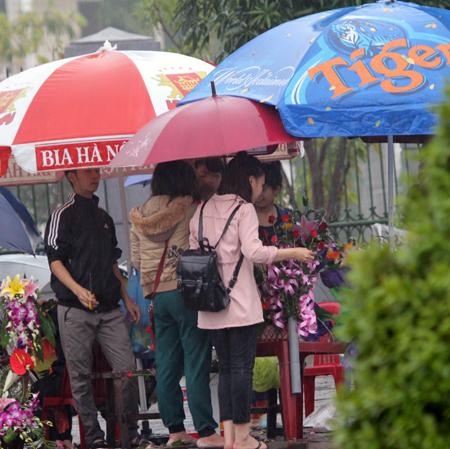 Đội mưa, vượt lũ, mua hoa cho người thương 13