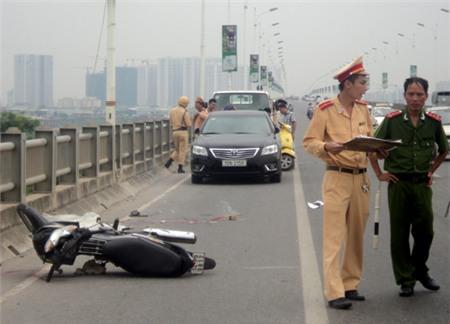 Một phụ nữ tự đâm vào thành cầu Vĩnh Tuy tử vong 1