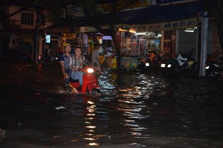 TPHCM bị ngập khủng khiếp sau trận mưa và triều cường 17