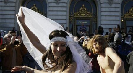 """Bị bắt sau khi """"trần truồng"""" làm đám cưới 3"""