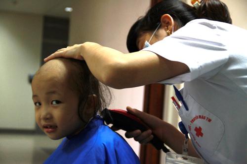 """Cảm động """"dịch vụ cắt tóc"""" đặc biệt cho bệnh nhân ung thư 1"""