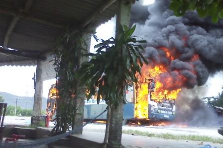 Kinh hãi xe khách giường nằm bốc cháy, QL1A tắc nghẽn nghiêm trọng 5