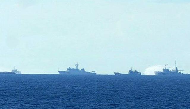 Đá, chai lọ từ tàu Trung Quốc ném sang tàu Việt Nam 1