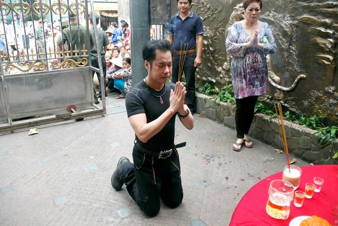 Hàng trăm người chờ Ngọc Sơn phát gạo, tiền mừng sinh nhật 1