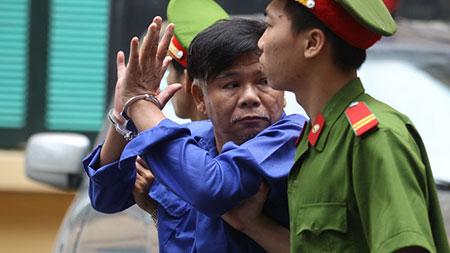 Bầu Kiên cười chào người thân sau khi nhận án 30 năm tù 7