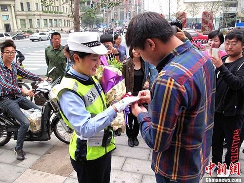 Nữ cảnh sát xinh đẹp được cầu hôn giữa phố 1