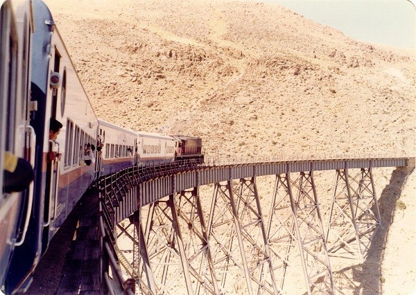 """Các tuyến đường sắt đẹp """"hiểm trở đến thót tim"""" trên thế giới 2"""