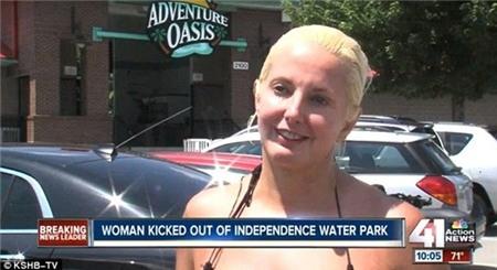 Bị yêu cầu ra khỏi công viên nước vì mặc bikini quá nhỏ 3