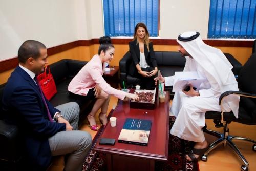 Lý Nhã Kỳ thanh lịch khi làm việc với nhiều trường đại học ở Dubai 9
