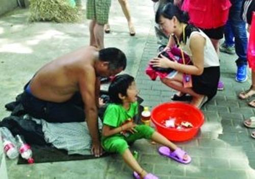 Bố bắt con gái 6 tuổi trần truồng, hút thuốc lá xin ăn 3