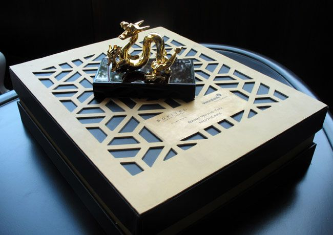6,5 triệu đồng một hộp bánh trung thu rồng mạ vàng 1