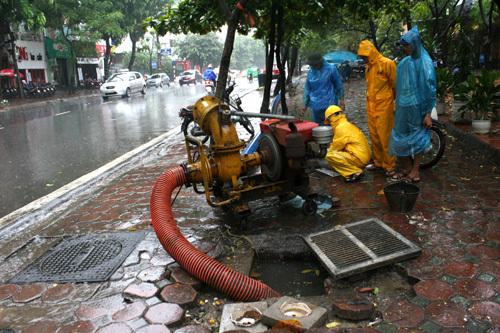 Đường phố Hà Nội ngập nước do bão số 5 7