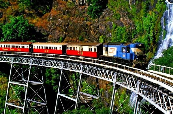 """Các tuyến đường sắt đẹp """"hiểm trở đến thót tim"""" trên thế giới 12"""