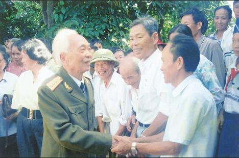 Đại tướng Võ Nguyên Giáp với những người dân quê nhà 2