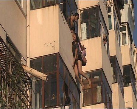 Nghẹt thở chứng kiến cảnh giải cứu cô gái đòi nhảy lầu tự tử 5