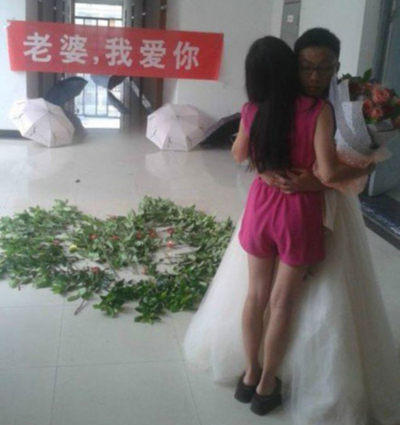 Chàng trai mặc váy cưới cầu hôn bạn gái 1