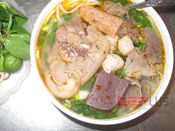 Ăn đồ Huế bình dân phố Nguyễn Phong Sắc 2