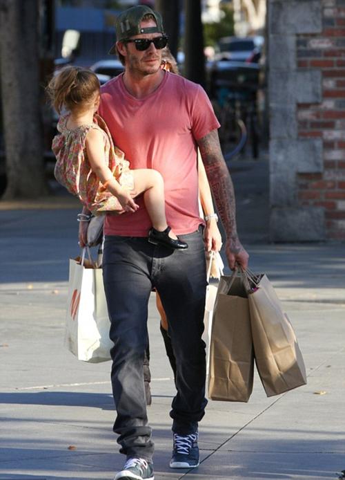 """Sốt ảnh Beckham """"khóa môi"""" con gái cưng giữa phố 8"""