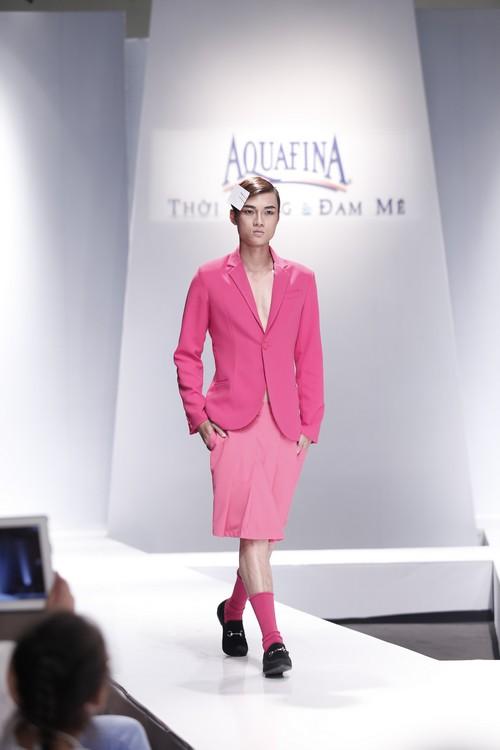 Giật mình mẫu nam Việt mặc vest không quần, diện váy hồng xuyên thấu 3