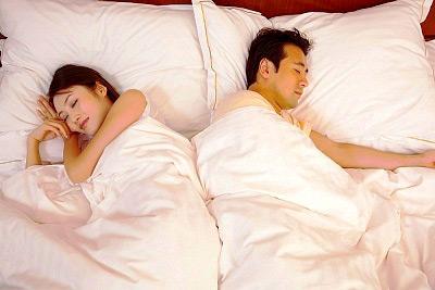 """Ngủ với chồng, mơ làm """"chuyện ấy"""" với người lạ 1"""